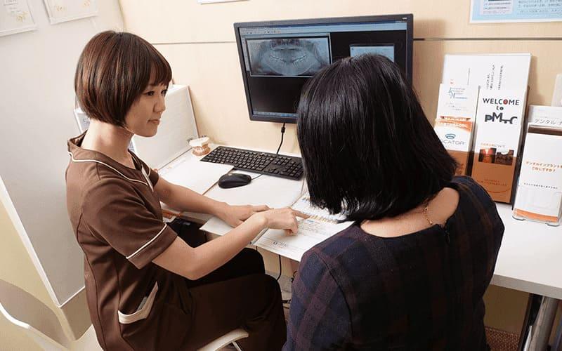歯科助手による患者様への説明風景